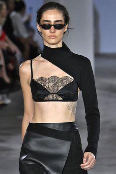 Ci stiamo rifacendo il look. Fashion Week, Runway Fashion, Fashion Show, Fashion Outfits, Womens Fashion, Fashion Trends, Dark Fashion, High Fashion, Fashion Looks