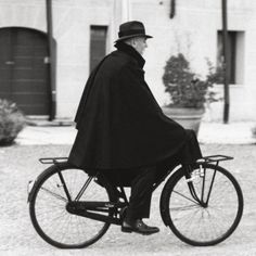 continuousbeats: Il Tabarro Mens Cape, Capes, Elegant Man, Old Soul, Gentleman, Baby Strollers, Cloaks, Mens Fashion, Boys