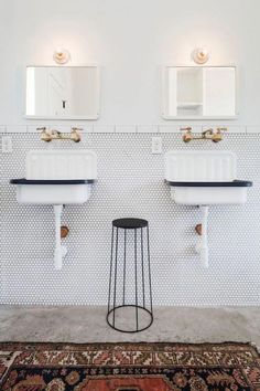 Take a look at these black and white modern farmhouse bathroom ideas! If you need a little farmhouse bathroom decor inspiration, you're about to see a myriad of ways to utilize a classic farmhouse black and white color scheme to it's full advantage. Fresh Farmhouse, Modern Farmhouse Bathroom, Farmhouse Small, Farmhouse Decor, Interior Modern, Interior Paint, Fresco, Cheap Home Decor, Diy Home Decor