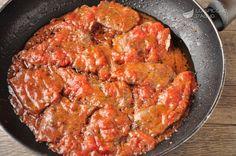 La carne alla pizzaiola è un secondo piatto diffuso praticamente in tutta Italia, anche se le sue origini sono partenopee e si rifanno alla pizza. Si tratta infatti di carne cotta nel sugo con aglio e origano, gli stessi ingredienti della pizza marinara. La mia nonna e la mia mamma napoletana cucinavano una pizzaiola così buona che in genere tutta la famiglia accorreva per gustarsela, fino all'ultima goccia di sugo :-)