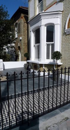 Front garden wall rail gate Victorian mosaic slate paving bespoke bin store York stone caps Balham Clapham Dulwich Tooting London Contact anewgarden for more information Victorian Front Garden, Victorian Terrace, Victorian Homes, Victorian Townhouse, Slate Paving, Block Paving, York Stone, Wall Railing, Bin Store