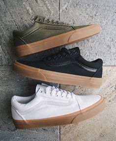 Enjoy The Sneakers You're In With These Tips. A lot of men and women absolutely love sneakers. This explains why the state of the economy factors so little in how well sneakers Sneakers Vans, Sneakers Fashion, Fashion Shoes, Mens Fashion, Leather Sneakers, Mens Vans Shoes, Work Sneakers, Vans Men, Vans Shoes Outfit