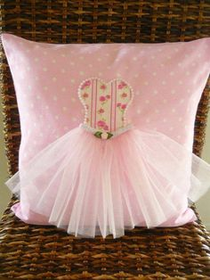 APRENDECONPAO: HERMOSOS COJINES PARA NIÑAS Cute Cushions, Cute Pillows, Baby Pillows, Diy Arts And Crafts, Felt Crafts, Diy Crafts, Easy Sewing Projects, Sewing Crafts, Pillow Crafts