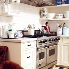 Home Tour: The Fresh and Airy Space of a Lifelong Collector via I would love an armchair in a kitchen Small Kitchen Solutions, Kitchen Inspirations, Dream Kitchen, Home, Kitchen Remodel, Kitchen Decor, Kitchen Dining Room, Kitchen Dining, Home Kitchens