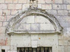 """Eglise saint-Pierre et les Nobis, Montreuil-Bellay - 5) La veuve de BERLAY II, second seigneur du lieu """"par la grâce"""" de Foulques Nerra, fonde le PRIEURE DES NOBIS jouxtant cette église. Mais déjà le centre de gravité se déplace et gagne le sommet du coteau, à proximité immédiate du château. Le donjon s'entoure alors de 3 enceintes attestées par archives, jusqu'à la 1° moitié du XII°s."""
