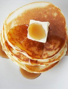 Egy álmos vasárnap reggelen nincs jobb egy jól megérdemelt, ínycsiklandó kalóriabombánál. Pancakes, Breakfast, Food, Morning Coffee, Essen, Pancake, Meals, Yemek, Eten