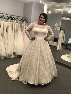 Wedding dress with sleeves, curvy bride