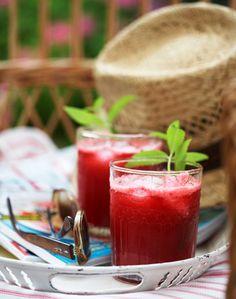Hindbær har en sødlig smag og en skarp og syrlig undertone, som gør den perfekt til saft.