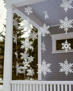 Idea deco: copos de nieve DIY decorando la entrada de casa #ideas #decoracion #Navidad