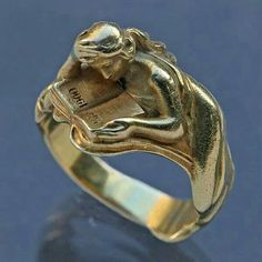 Rare Art Nouveau Ring celebrating the Paris 1900 Exhibition. Louis Zorra was born in Asti, Italy & moved to Paris where he designed several Art Nouveau jewels, exhibiting at the Salons of the Society des Artistes Francais. Book Jewelry, Jewelry Art, Antique Jewelry, Vintage Jewelry, Jewelry Design, Gold Jewellery, Jewlery, Vintage Art, Jewelry Ideas