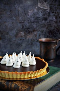 Sós karamelles-csokis pite szellem habcsókkal Halloween-re Salted caramel-chocolate pie with ghost meringues for Halloween Haloween Party, Halloween Food For Party, Salted Caramel Chocolate, Chocolate Pies, Mousse Cake, Halloween Desserts, Creative Food, Cake Designs, Tarts