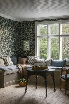 The wallpaper pattern Ingrid Marie from Boråstapeter Gorgeous floral wallpaper House Design, Interior, Home Remodeling, Cheap Home Decor, House Inspiration, Home Decor, House Interior, Apartment Decor, Interior Design