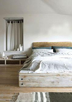 Chambre grise avec lit bois flotté de récup