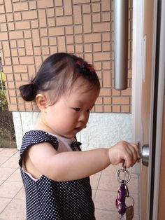自宅の鍵を必死に開けようと、がんばっている所です。  鍵が開いても、何度もカチャカチャやってました。  真剣な顔が可愛いでしょ♫(ニックネーム:ミニイヌさん)