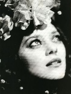 French actress Marion Cotillard photographed by Ellen von Unwerth 2006 Ellen Von Unwerth, Marion Cotillard, Tachisme, Annie Leibovitz, Black And White Portraits, Black And White Photography, People Photography, Portrait Photography, Glamour Photography