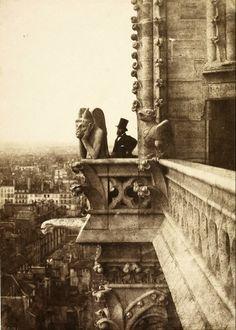 Le Stryge - Portrait du photographe Henri Le Secq près d'une gargouille de la cathédrale Notre-Dame de Paris, en haut de la tour nord. Photo Charles Nègre, 1853.