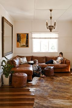 30 Decorating Ideas of Cozy Living Room Brown Couch / Sofa . 30 Decorating Id Brown Couch Living Room, Cozy Living Rooms, My Living Room, Living Room Decor, Corner Sofa Living Room, Corner Couch, Leather Living Room Furniture, Brown Leather Furniture, Boutique Deco