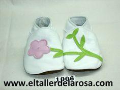 Patucos de bebé fabricados artesanalmente en auténtica piel de las mejores calidades. Original modelo compuesto de flor y tallo. Disponible en blanco y rosa. http://www.eltallerdelarosa.com/patucos-de-bebe/8-patucos-de-bebe-flor-y-tallo-blanco.html