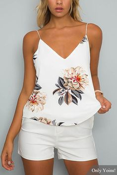 White V-neck Random Floral Print Cami Top (Top Moda Fiesta) Summer Outfits 2017, Summer Outfits Women, Trendy Outfits, Cool Outfits, Fashion Outfits, Short Blanc, Mode Style, Look Fashion, Daily Fashion