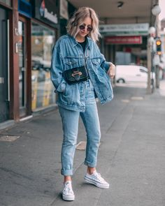 The denim jacket started as a way of re-purposing old scraps from jean manufacturing, and from these casual beginnings, we have a very casual item. However, the denim jacket is a staple piece that has more to offer than casual wear. Street Style Outfits, Sneakers Street Style, Mode Outfits, Jean Outfits, Trendy Outfits, Summer Outfits, Fashion Outfits, Fashion Trends, Jackets Fashion