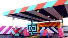 Although the Oil Age hasn't ended yet, the first petrol stations are being left empty. This development leads to new chances for urban transformation. That's what renowned Irish street artist Maser must have thought when he transformed a derelict gas station in the city of Limerick into a colorful piece of art.