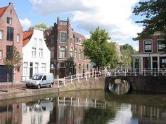 Hoekpand Geerweg, waarvan de gepleisterde zijgevel uit het water van de Geer oprijst. Eenvoudige lijstgevel. Schilddak in Delft
