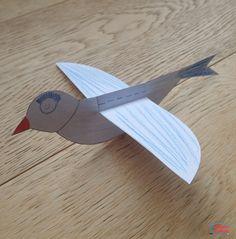 Utilisez notre gabarit pour fabriquer un oiseau et montrez à vos enfants comment le faire voler. Il suffit de rajouter une ficelle pour le faire battre des ailes. On peut aussi en faire plusieurs et les accrocher au plafond ou à des branches d'arbres, après que les enfants les ont colorié ou décoré. Matériel nécessaire pour fabriquer un oiseau qui vole Cet article contient des liens d'affiliation. Merci pour votre soutien! Il vous faudra entre autre :  du papier blanc une paire de ci...