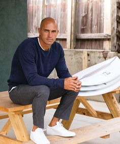 Slater is Making Waves Pro surfer Kelly Slater joined the Breitling Surfers Squad to create a stunning and sustainably made watch.Pro surfer Kelly Slater joined the Breitling Surfers Squad to create a stunning and sustainably made watch. Surf Style Men, Bald Men Style, Surfer Style, Kelly Slater, Famous Bald Men, Surfer Outfit, Look Street Style, Looks Style, Men's Style