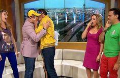 Beso de Daniel Sarcos con Carlos Ponce!