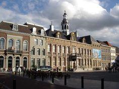 Prachtig stadhuis aan de Markt. Kantoren nu onbereikbaar voor burger...