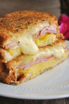 the flavors of the sweet pineapple, canadian bacon and monterey jack cheese Hawaiian Grilled Cheese.the flavors of the sweet pineapple, canadian bacon and monterey jack cheese Think Food, I Love Food, Good Food, Yummy Food, Tasty, Delicious Recipes, Food Porn, Grilled Cheese Recipes, Healthy Grilled Cheeses