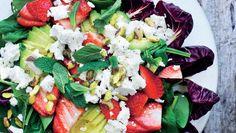 Jordbær i salatskålen pynter og smager og giver den bitre radicchio og den fede avocado et syrligt-sødt modspil. Her får du opskriften på sprød salat med jordbær