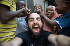 Voyager et faire du volontariat, nos bons plans (Detour Local) -> Maxime entouré des jeunes de l'orphelinat www.detourlocal.com/voyager-faire-du-volontariat-nos-bons-plans/