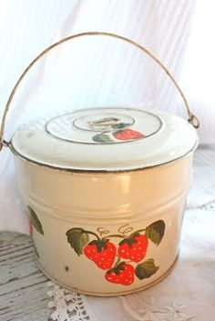 It was blue with a similar decal. Old timey lunch pail.