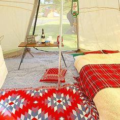 ・ テントの中はこんな感じでした〜⛺️💕 ・ 左の白い幕はプロジェクター用スクリーンです😊 このテントにはスクリーンをぶら下げられる所がないので、アイアンラックに白いシーツを被せてます😂 (↑何でも雑w) 寝ながら観るので、低めの設定で🆗👍 ・ しかし、このドッペルギャンガーのビッグワンポールテント、隙間風が凄いから冬には向かないよな〜🤔 夏は涼しいけどね〜🏕 これからの時期はしばらく封印かな…😅 ・ このワンポールテントで冬キャンされてる方、おられたら寒さ対策のコツ教えて下さい〜〜😭 ・ ・ #ドッペルギャンガー #ビッグワンポールテント #テント内 #キャンプレイアウト #キャンプ #アウトドア #おしゃキャン #おしゃれキャンプ #ソトアソビ #バーベキュー #お外あそび #キャンパー #おしゃれキャンパー #camphack取材 #camp #outdoor #bbq #camping #outingstylejp #キャンプ用品 #キャンプ初心者 #オートキャンプ #おそとあそび #キャンプグッズ #hinataoutdoor #bepal