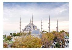 Fototapeta przedstawiająca największe miasto w Turcji! Na fototapecie widzimy piękny krajobraz tureckiego meczetu jakim jest Hagia Sophia. Na krajobrazie widzimy najsłynniejszy na świecie meczet w porze jesiennej, który otaczają minarety. U jego stóp widzimy spacerujących ludzi. Drzewa mają piękne jesienne kolory. W oddali widzimy cieśninę Bosfor. Hagia Sophia Istanbul, Travel Oklahoma, High Quality Wallpapers, Original Wallpaper, Urban, New York Travel, Istanbul Turkey, Thailand Travel