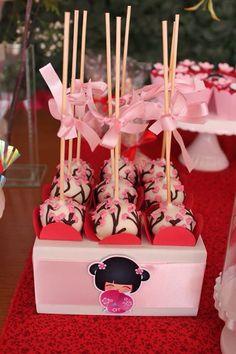 Confeitaria artesanal - decoração kokeshi (boneca japonesa), ideogramas e flores de cerejeiras