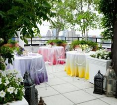 ombre wedding tables, it'd be easy to make with dye and white table cloths