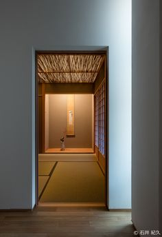 This hallway is unlike most I have seen, but I like the clean designs on the floor. Modern Japanese Architecture, Japanese Modern, Japanese Interior, Japanese House, Japanese Design, Interior Architecture, Tatami Room, Asian Home Decor, House Rooms
