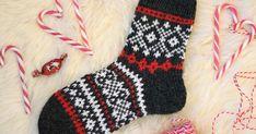 Hyvää neljättä adventtia! :) Kylläpä nämä viikot huristaa hurjaa kyytiä, ihan kohta on joulu! Nyt saadaan Adventtisukatkin jo valmiiksi, me... Knit Slippers Free Pattern, Crochet Socks, Knitted Slippers, Wool Socks, Diy Crochet, Knitting Stitches, Knitting Socks, Knitting Patterns, Fabric Crafts