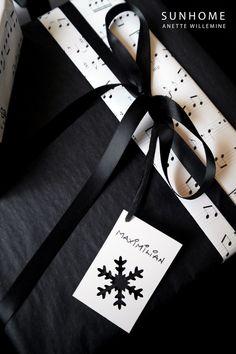 Black and white - Christmas gift wrapping #Christmas #black #Holiday #decor