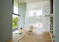 建築師 桐山啓一 的作品「House in Ohno」。 位於岐阜県揖斐郡大野町的住宅。這裡是盛產柿子的有名産地,位於柿子果樹林內的基地,希望用最簡單的設計,和地景融入在一起。大面積開窗保有明亮光線,簡約的設計感,讓田園住宅也注入都會感。 via AIRHOUSE DESIGN OFFICE