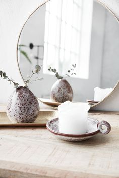 Dezente, aber aussagekräftige Dekorationen, wie eine kleine Vase und einer Stumpenkerze wirken manchmal Wunder! Florals, Candle Holders, Palette, Candles, Interior Design, Mirror, Table, Furniture, Home Decor