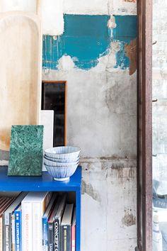 Lad vægge stå rå og ubehandlet for et cool og afsl Shelves, Living Room, Cool Stuff, Painting, Inspiration, Design, Ideas, Photo Art, Shelving