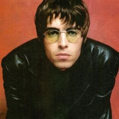 Liam Gallagher- Leather Jacket and Lennon Sunglasses. Oasis Band, Tom Welling, Banda Oasis, Liam Gallagher Noel Gallagher, Liam Gallagher Glasses, Liam Oasis, Oasis Live, Liam And Noel, Primal Scream