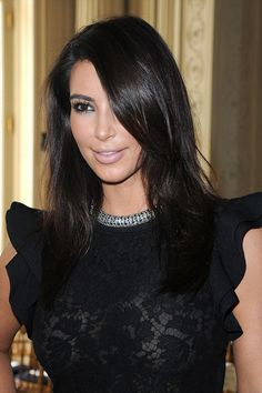 Kim Kardashian Long Side Part - Kim Kardashian swept her hair to the side to show off her shortened 'do. Side Part Hairstyles, Straight Hairstyles, Layered Hairstyles, Kim Kardashian Hair, Kardashian Hairstyles, Kardashian Photos, Kardashian Style, Medium Hair Styles, Short Hair Styles