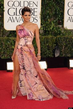 Halle Berry embraces one of the few patterns other than florals on the evening's red carpet in a one shoulder dress. Curious case of Halle Berry Estilo Halle Berry, Halle Berry Style, Atelier Versace, Jessica Chastain, Rachel Weisz, Carolina Herrera, Jennifer Lopez, Hally Berry, Golden Globes 2013