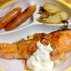 サーモンが家にあったので☆この間NHK今日の料理でやっていたにんにくヨーグルトソースを添えて(^-^)/! - 17件のもぐもぐ - サーモンのムニエル+にんにくヨーグルトソース♪( ´θ`)ノ♪ by Ayako