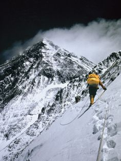 Climbers, 25,000 Feet Up, Push on Toward the Summit of Mount Everest Lámina fotográfica por Barry Bishop en AllPosters.es