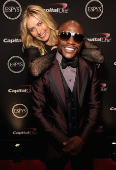Pin for Later: This Week's Can't-Miss Celebrity Pics!  Maria Sharapova towered over Floyd Mayweather at the 2014 ESPY Awards in LA on Wednesday.